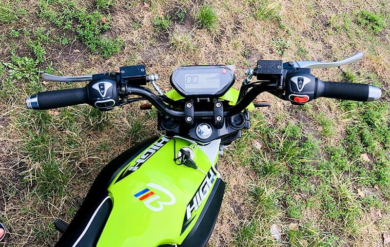 Вид панели управления светло-зеленого кроссового электромотоцикла Electrowin EMB-188