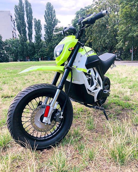 Электромотоцикл Electrowin EMB-188, светло-зеленый, вид спереди сбоку