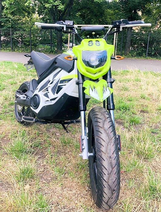 Электромотоцикл Electrowin EMB-188, светло-зеленый, вид спереди с вывернутой вилкой