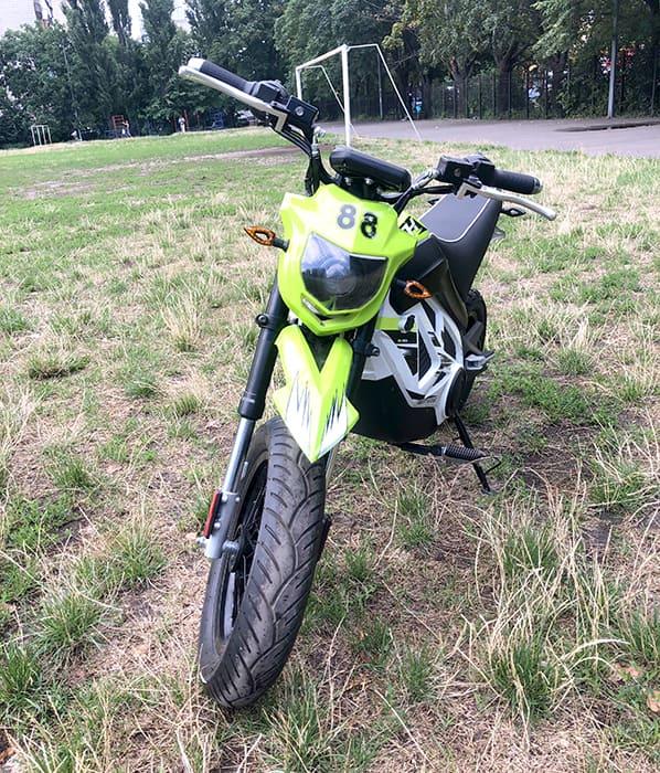Электромотоцикл Electrowin EMB-188, светло-зеленый, вид спереди