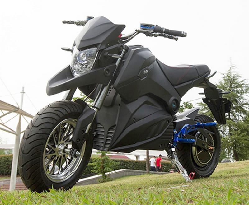 Электромотоцикл Electrowin EM-126 черный, в городском парке