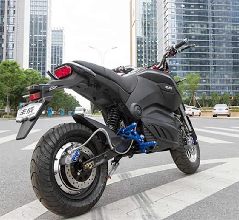 Электромотоцикл Electrowin EM-126 черный, на городской улице