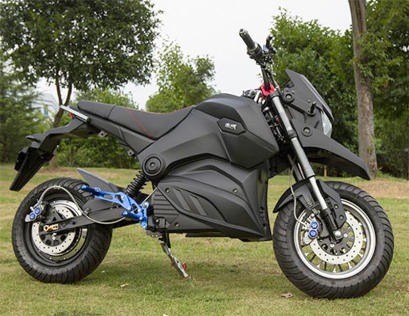 Электромотоцикл Electrowin EM-126 черный, вид справа на природе