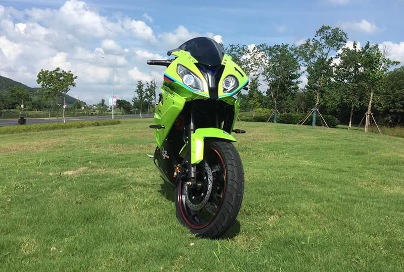 Электромотоцикл Electrowin EM-BM, зеленый. Вид спереди