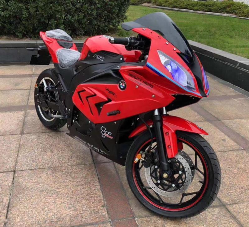 Электромотоцикл Electrowin EM-BM, красный. Вид спереди справа