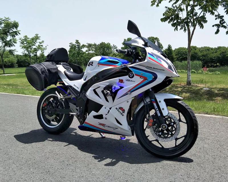 Электромотоцикл Electrowin EM-BM, белый на трассе с черными навесными задними багажниками. Вид справа