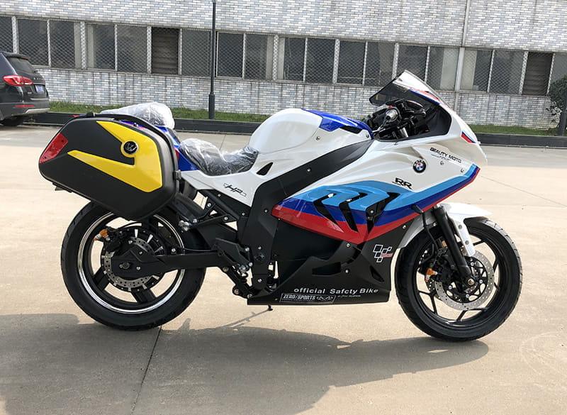 Электромотоцикл Electrowin EM-BM, белый, с 2 навесными задними багажниками. Правый профиль