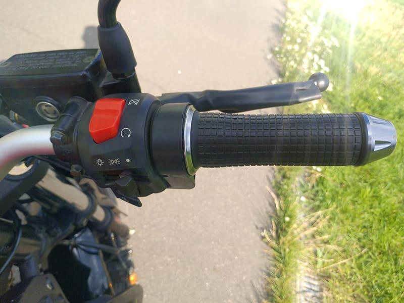 Элементы управления на правой стороне руля электромотоцикла Electrowin EM-130