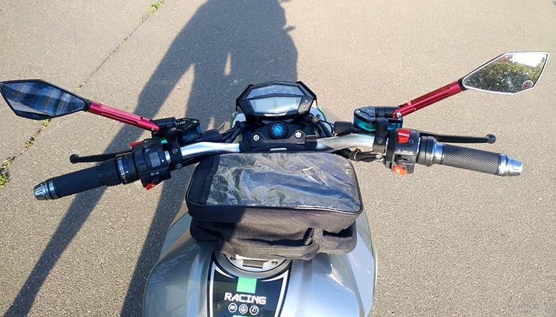 Руль, зеркала заднего вида и передняя панель управления с информационным экраном электромотоцикла Electrowin EM-130