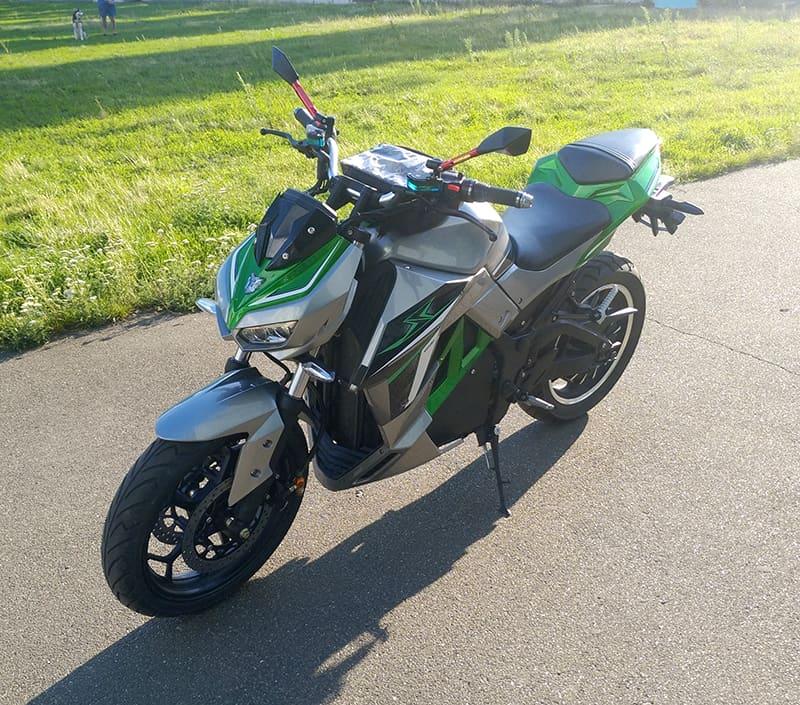 Купить электромотоцикл Electrowin EM-130, серебристо-зеленый, вид спереди слева сверху