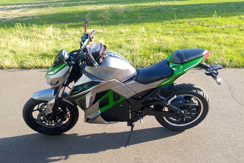 Электрический мотоцикл Electrowin EM-130, серебристо-зеленый, вид слева