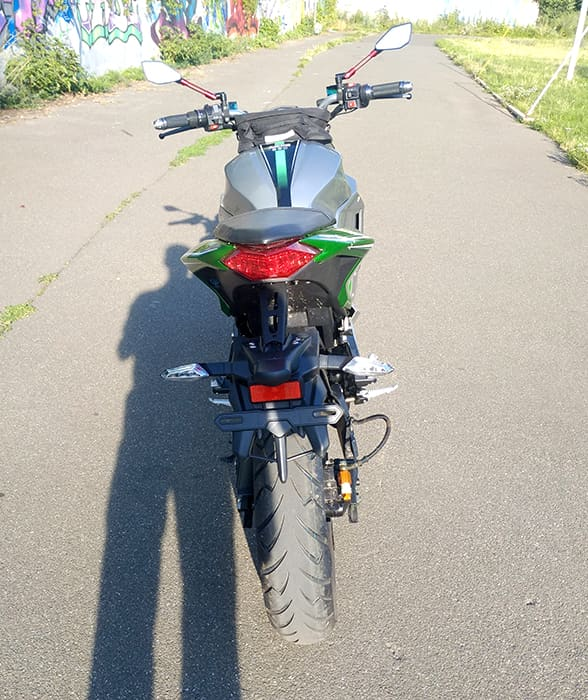 Серебристо-зеленый злектромотоцикл Electrowin EM-130, вид сзади сверху