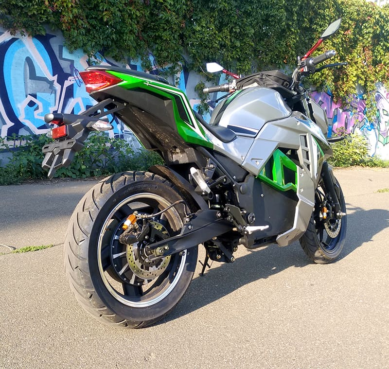 Электромотоцикл Electrowin EM-130, серебристо-зеленый, вид сзади справа