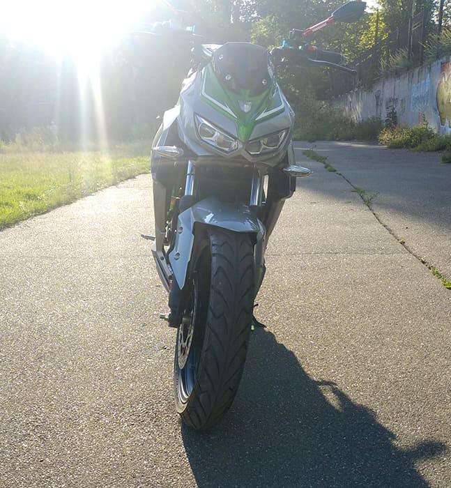 Серебристо-зеленый злектромотоцикл Electrowin EM-130, вид спереди
