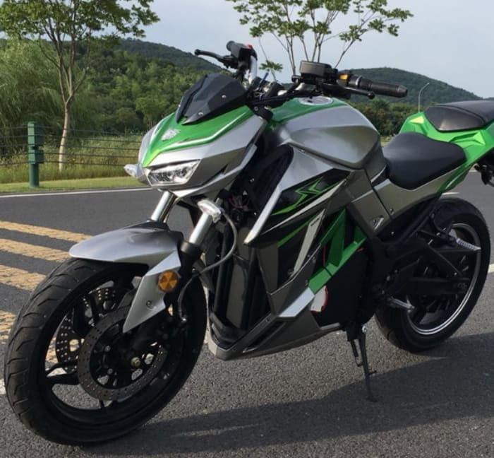 Электромотоцикл Electrowin EM-130, серо-зеленый, вид спереди слева