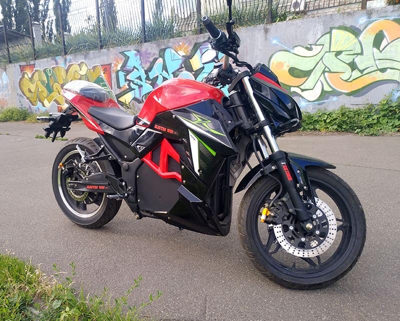 Красно-черный электромотоцикл Electrowin EM-130, вид справа снизу под углом