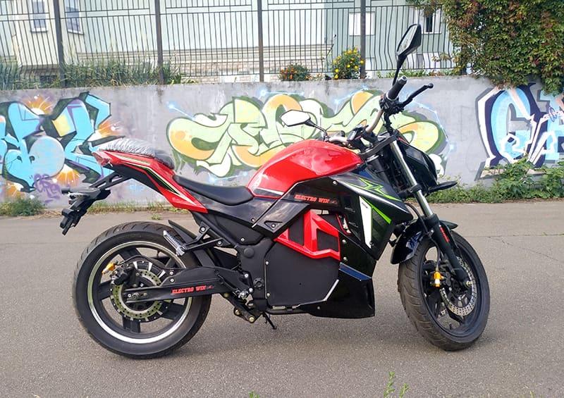 Электрический мотоцикл Electrowin EM-130, красно-черный, вид справа