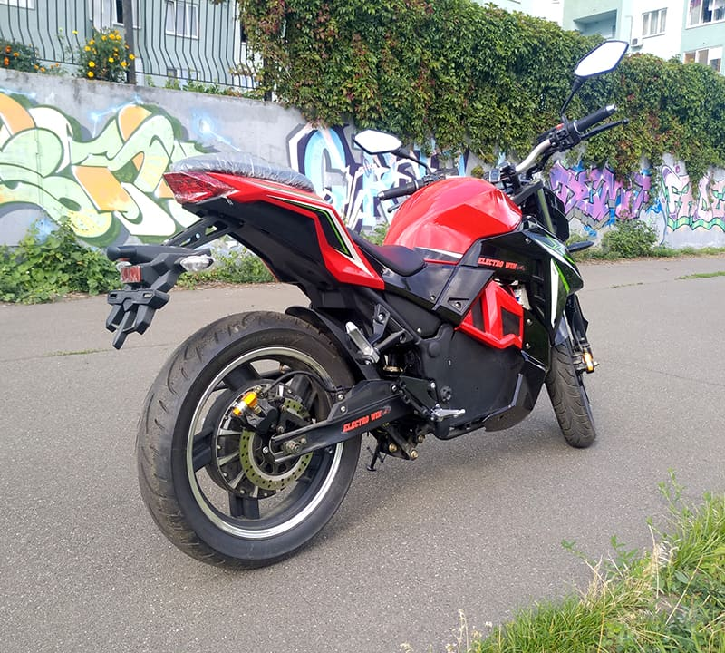 Электромотоцикл Electrowin EM-130, красно-черный, вид сзади справа снизу под углом