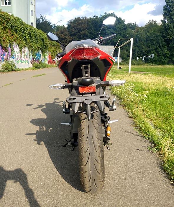 Электрический мотоцикл Electrowin EM-130, красно-черный, вид сзади