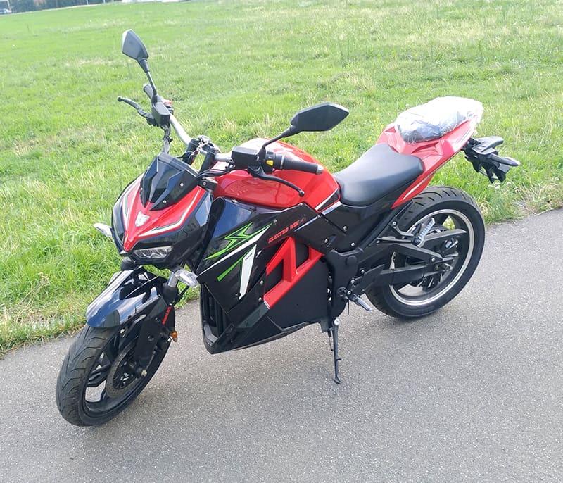 Красно-черный электромотоцикл Electrowin EM-130, вид спереди слева сверху