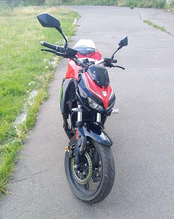Красно-черный электромотоцикл Electrowin EM-130, вид спереди сверху