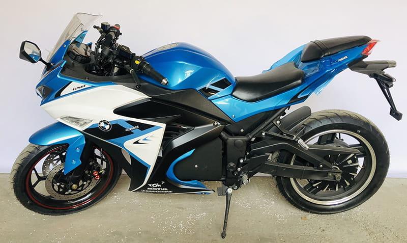 Электрический мотоцикл Electrowin EM-120 бело-синий. Вид слева сверху