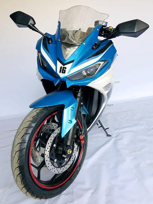 Электромотоцикл Electrowin EM-120 бело-синий. Вид спереди с вывернутым рулем