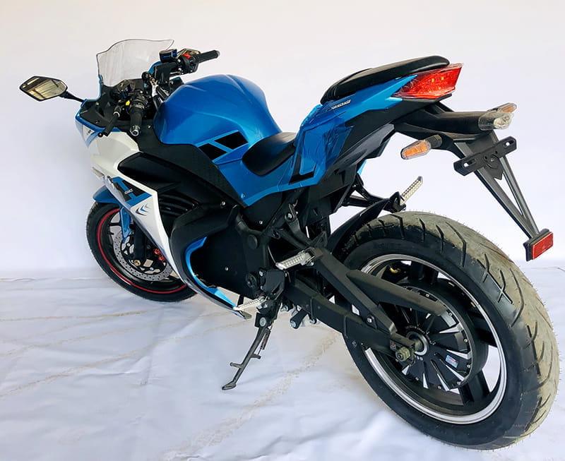 Электрический мотоцикл Electrowin EM-120 бело-синий. Вид сзади слева