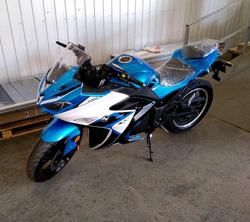 Электромотоцикл Electrowin EM-120 бело-синий. Вид сбоку сверху
