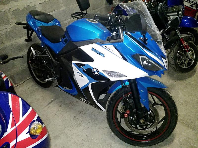Электромотоцикл Electrowin EM-120 бело-синий с вывернутым рулем. Вид сбоку