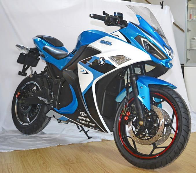 Электромотоцикл Electrowin EM-120 синий. Выгодный ракурс спереди сбоку