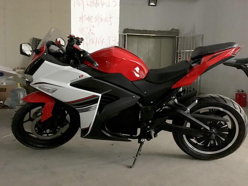 Электромотоцикл Electrowin EM-120 бело-красно-черный. Вид сбоку