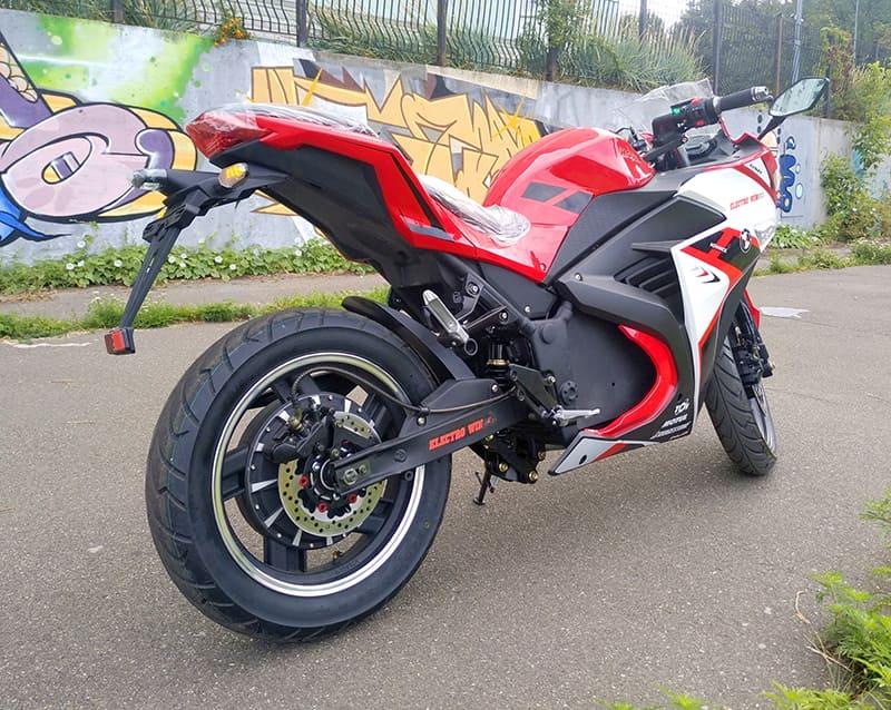 Красный электрический мотоцикл Electrowin EM-120. Вид сзади справа