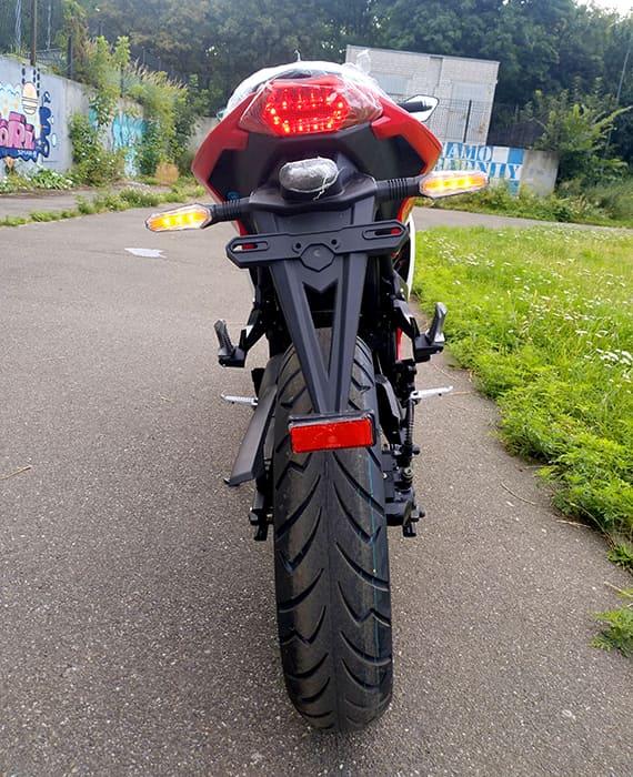 Красный электромотоцикл Electrowin EM-120. Вид сзади снизу