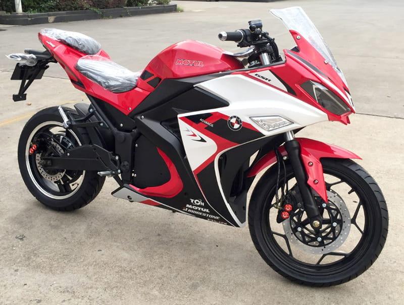 Электромотоцикл Electrowin EM-120 бело-красно-черный. Вид спереди сбоку