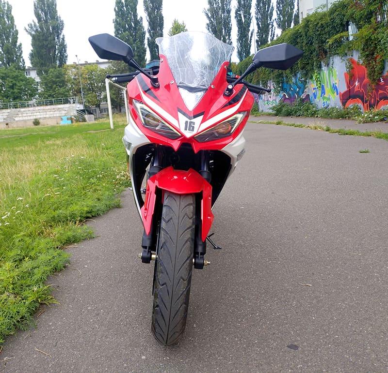 Красный электромотоцикл Electrowin EM-120. Вид спереди