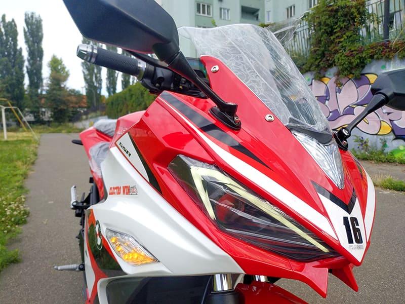 Передние фары, защитное стекло и зеркала заднего вида красного Electrowin EM-120