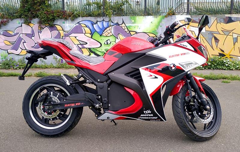 Красный электрический мотоцикл Electrowin EM-120. Вид справа