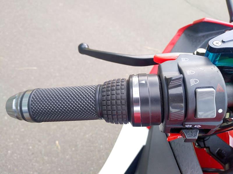 Левая ручка руля с элементами управления красного электромотоцикла Electrowin EM-120