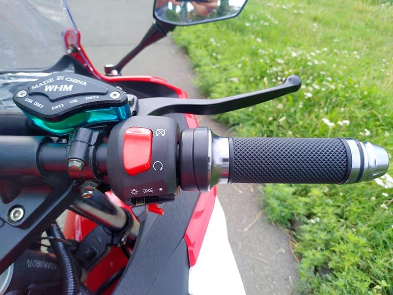Правая ручка руля с элементами управления красного электромотоцикла Electrowin EM-120
