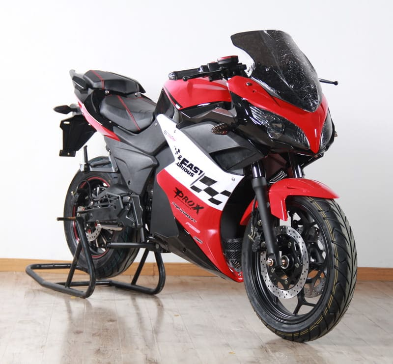 Электромотоцикл Electrowin EM-123 красный. Вид спереди справа