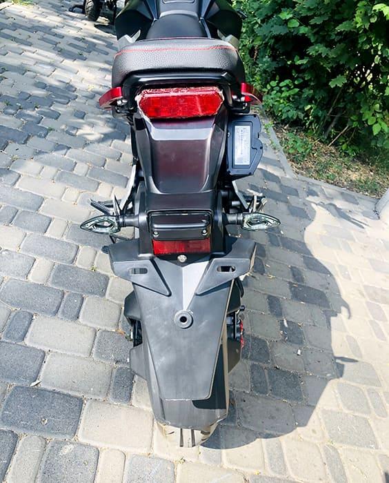 Задние фары черного электромотоцикла Electrowin EM-126