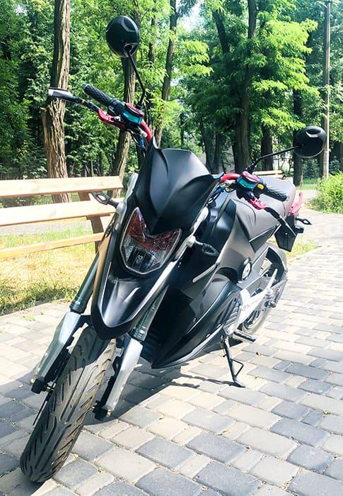 Электромотоцикл Electrowin EM-126 черный, вид спереди под наклоном