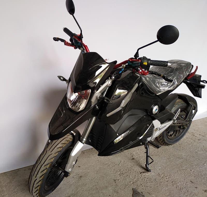 Электромотоцикл Electrowin EM-126 черный, вид спереди слева