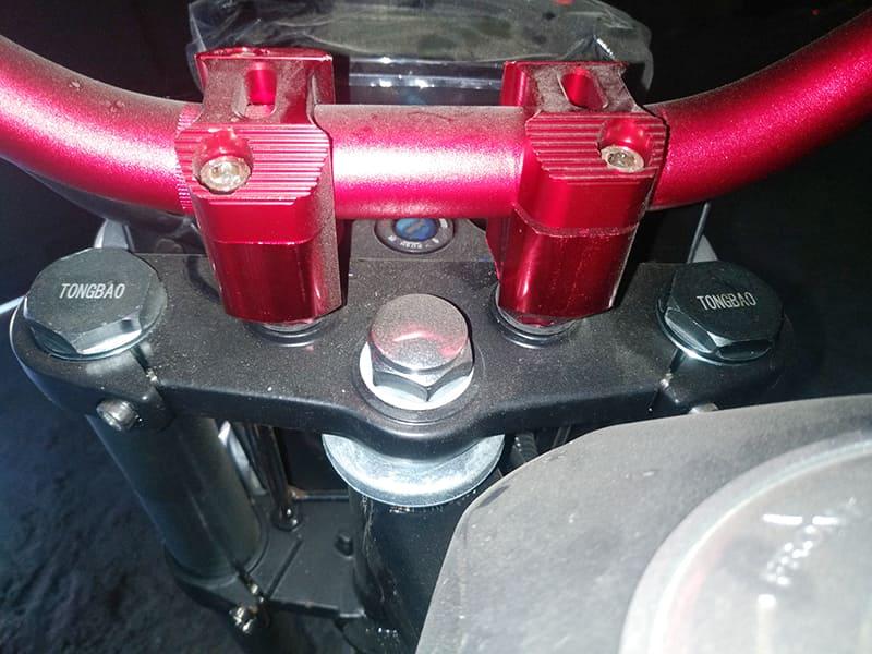 Вилка электромотоцикла Electrowin EM-126 крупным планом