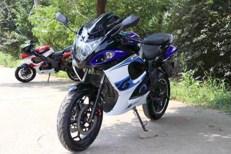 Электромотоцикл Electrowin EM-140 бело-синий. Вид спереди слева
