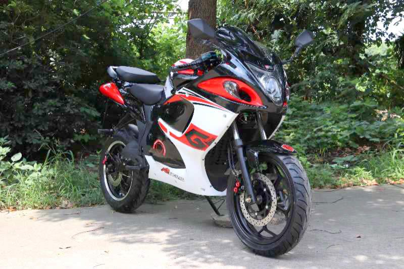 Бело-красный электромотоцикл Electrowin EM-140 на природе. Вид спереди справа