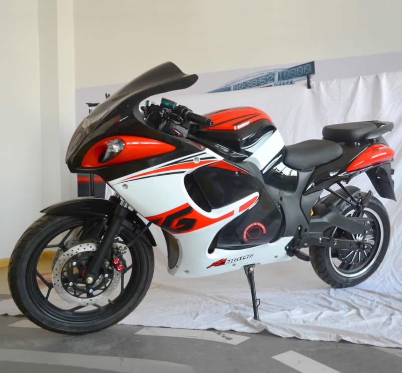 Электромотоцикл Electrowin EM-140 бело-красный. Вид спереди слева