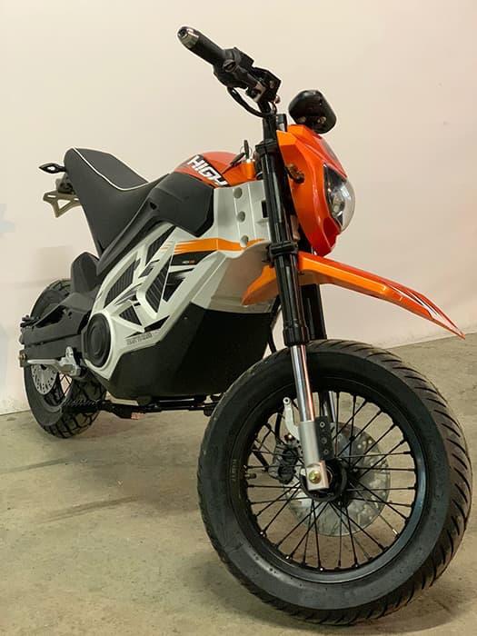 Оранжевый электромотоцикл повышенной проходимости Electrowin EMB-188 с повернутым рулем, вид спереди