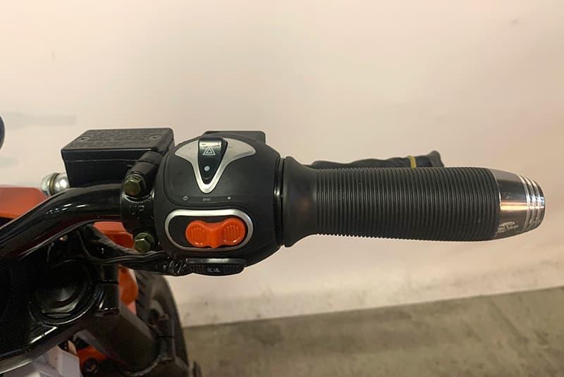 Правая ручка руля с элементами управления электробайка Electrowin EMB-188